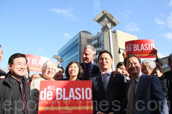 10月13日下午,顾雅明(左一)、孟昭文(左三)、白思豪(左四)及法拉盛社区领袖在法拉盛召开新闻发布会。