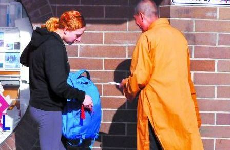 祈福还是谋利?法拉盛缅街僧侣派护身符