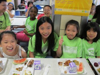 孩子们享用美味免费的学校餐
