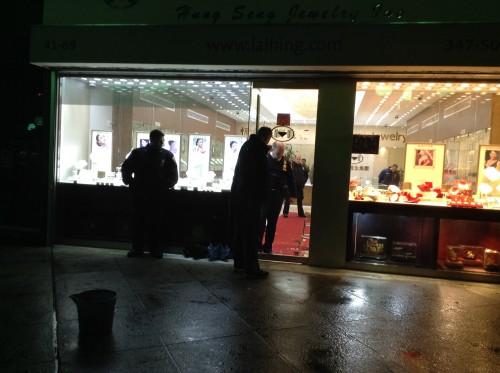有部分警员还在法拉盛华人金店进行调查
