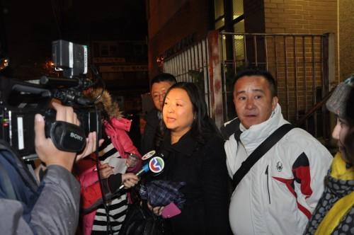 法拉盛网创办人Lina Mei在109警局接受美国中文电视采访关于抢劫华人金店
