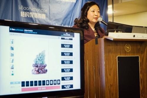 法拉盛网创办人Lina Mei初次担任拍卖官, 聚宝拍卖一炮打响