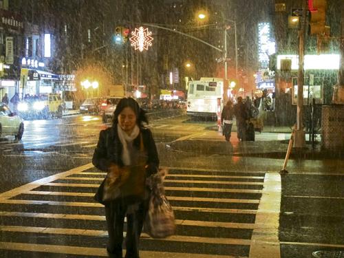 东百老汇上的行人在风雨中艰难行走,眼睛都很难睁开
