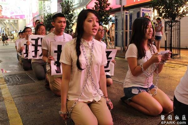 香港学生冒雨跪行争 普选
