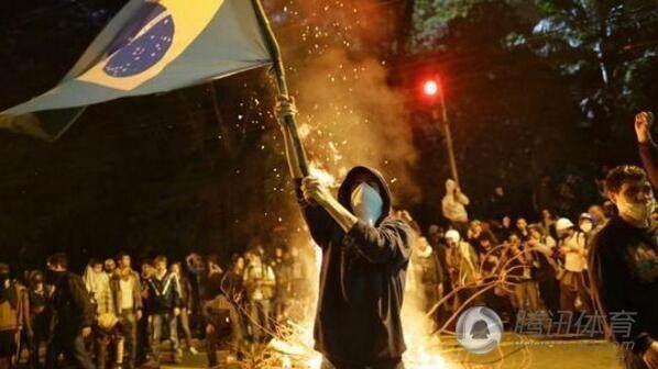 巴西球迷場外斗歐+燒國旗(十七分鐘失五球)