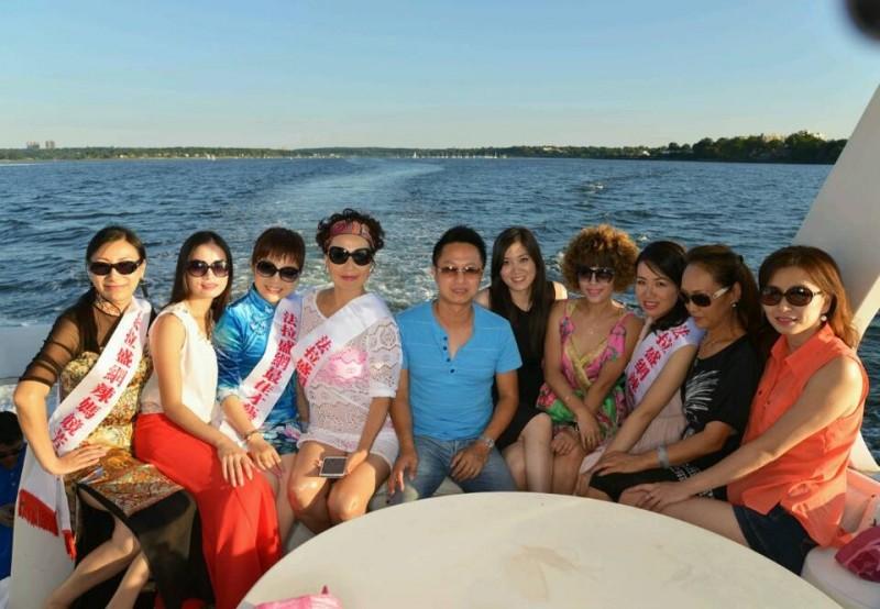 辣妈们获邀在私人游艇上拍花絮