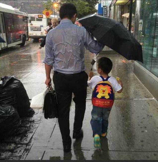 雨傘爸爸找到了 為兒遮起一片天