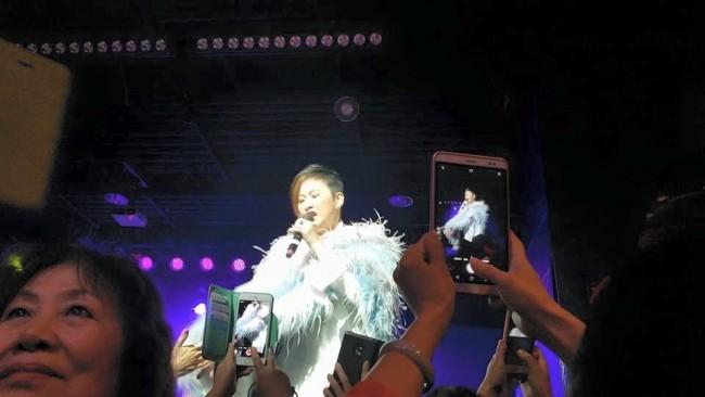香港著名歌星汤宝如鼓励热爱唱歌的朋友 参加法拉盛网好声音第四季